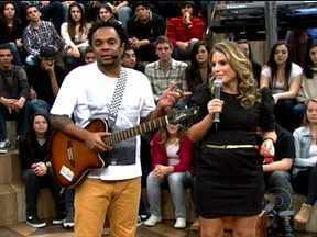 Marcelo Marrom se apresenta com Maíra Sharken - Comediantes fazem uma performance de stand up