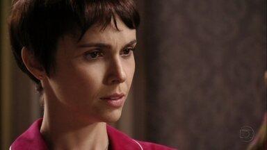 Nina se preocupa com desconfiança de Carminha - A megera desabafa com a cozinheira e conta que Rita voltou