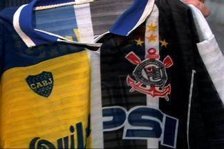Lembra dela? Camisa usado por corintianos para secar Palmeiras em 2000 volta às ruas - Camisa dividida ao meio com os escudos de Corinthians e Boca Juniors foi usada para secar o Palmeiras na final da Libertadores de 2000 contra o time argentino