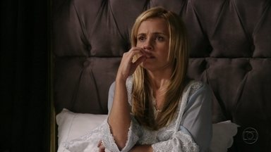 Carminha garante que descobrirá paradeiro de Rita - A megera deixa Nina nervosa ao revelar suas desconfianças em relação à enteada