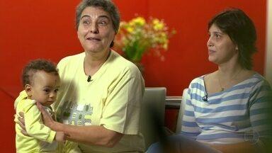 Casal homossexual fala dos desafios diários que tem que enfrentar - Cláudia e Virginia, que adotaram um bebê de 11 meses, falam das dificuldades e constrangimentos que passaram