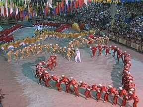 Quadrilhas juninas fazem espetáculo grandioso como um desfile de escolas de samba - O tempo passou. O matuto não é mais o mesmo e a quadrilha junina também se transformou. E não foi só no figurino luxuoso e no jeito de dançar. Mais do que diversão, o espetáculo produz uma revolução na vida dos jovens.
