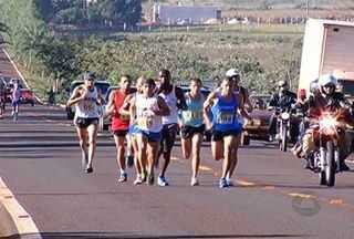 Maratona do Fogo atrai 200 atletas a Fátima do Sul e Dourados - Cerca de 200 atletas de 11 estados do país participaram da tradicional Maratona do Fogo. A competição começou em Fátima do Sul e terminou em Dourados.