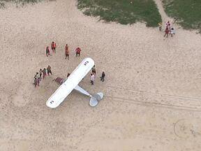 Monomotor faz pouso forçado na Praia de Grumari, na Zona Oeste do Rio - Segundo o Corpo de Bombeiros, o avião capotou quando aterrissou na areia, mas sem grandes danos. Duas pessoas tiveram ferimentos leves. Ainda não se sabe o que provocou o pouso forçado. As causas serão investigadas.