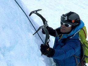Clayton Conservani encara montanha de gelo de 200 metros no Planeta Extremo - A temperatura na Weepwng Wall varia de 10 a 30 graus negativos. O início é difícil, por causa da adaptação ao equipamento. Em vez de mãos, eles usam piquetas.