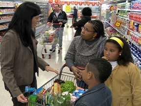 Rosângela experimenta comprar novos produtos no supermercado - Rosângela Fernandes conseguiu incluir alguns itens mais saudáveis na lista de supermercado. Mas a tendência é sempre repetir o mesmo caminho e os mesmos produtos de sempre.