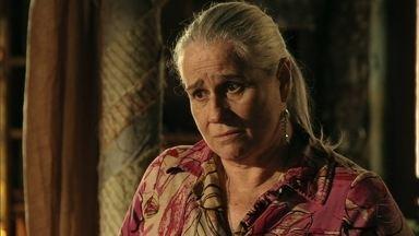 Lucinda aconselha Nina a ter cuidado - A jovem se pergunta por que a senhora sempre protege Carminha