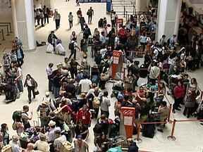Aeroporto Santos Dumont fecha duas vezes por causa de forte neblina - Um forte nevoeiro tomou nos céus do Rio. O primeiro fechamento durou cerca de três horas e deixou o saguão do terminal lotado. Ao todo, pelo menos 33 voos foram cancelados. Uma multidão de passageiros se aglomerou em busca de informações.