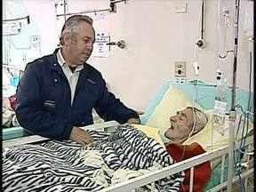 Filho de paciente doa cinco macas ao Hospital Universitário de Londrina - Ele se sensibilizou com a situação dos outros pacientes. Ele gastou mais de R$ 3 mil.