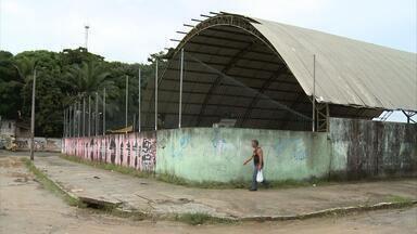 Reforma de centro esportivo é esperada há tempos por comunidade - Famílias do Conjunto Marcos Freire, em Jaboatão, têm esse pedido antigo, que parece longe de uma solução. O local está abandonado.