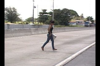 Após queda de passarela na BR-101, pedestres passam por dificuldades - Passarela de pedestre desabou no dia 19 de julho, após um acidente com uma carreta na BR-101 na Paraíba.