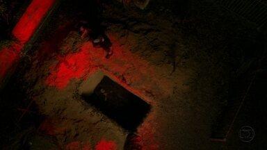 Carminha e Lúcio enterram Nina em uma cova - Após levar a moça desacordada para o cemitério, a vilã e seu comparsa a enterram parcialmente e o rapaz aponta uma arma para ela