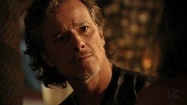 Max vai ao encontro de Lucinda no lixão - Nilo fica surpreso ao ver o filho no local e os dois se confrontam