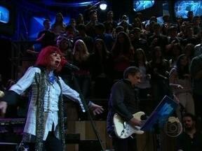 """Rita Lee canta para alegria de Lilia Cabral, Malu Mader e Pitty - Cantora se apresenta no Altas Horas com a música """"Reza"""""""