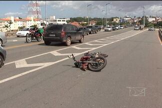 Acidente na Ponte Bandeira Tribuzzi deixa um ferido em São Luís - Uma pessoa ficou ferida no acidente entre uma moto e dois carros na Ponte Bandeira Tribuzi, hoje, no começo da tarde.