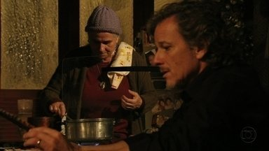 Max confessa que é apaixonado por Nina - Ele e Lucinda conversam sobre o passado no lixão e Nilo os surpreende