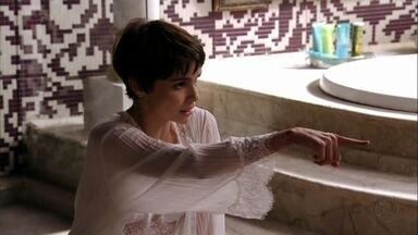 Nina obriga Carminha a desinfetar o banheiro - A cozinheira destrói os perfumes da megera e critica seu estilo de vida