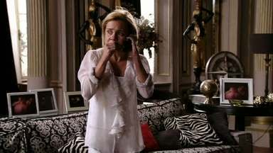 Carminha se desespera com vingança de Nina - A cozinheira obriga a megera a destruir suas próprias roupas e não permite que ela tire as fotos comprometedoras da sala. Carminha liga para Max quando Nina sai para a rua