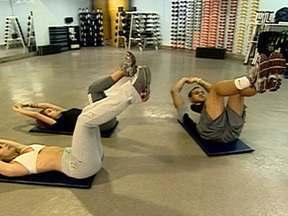 Aprenda diversas maneiras de fazer exercícios abdominais - Movimentos para fortalecer músculos e definir barriga podem ser feitos se você estiver deitado, em pé ou até sentado, durante o horário de trabalho.