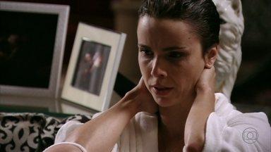 Nina confessa que não sabe o que fazer com Carminha - Lucinda encontra a cozinheira humilhando a megera e repreende seu comportamento