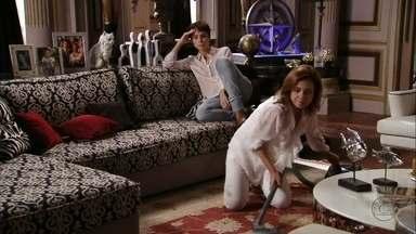 Nina e Carminha despistam Zezé - Elas fazem a doméstica acreditar que a megera está mostrando para a cozinheira como gosta da limpeza de casa. Zezé vai embora da mansão desconfiada