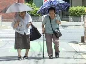 Mulheres de Hong Kong são pessoas com maior expectativa de vida - A expectativa de vidas das japonesas caiu de 86,3 anos para 85,9 anos. Enquanto isso, as mulheres em Hong Kong estão vivendo, em média, 86,7 anos. A principal causa para a redução da expectativa de vida no país foi o tsunami.
