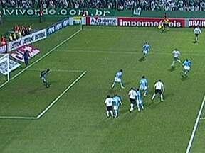 Coritiba derrota o Grêmio pelo Brasileirão - No Couto Pereira, o Coritiba venceu o Grêmio por 2 a 1. Leonardo fez o gol da vitória aos 44 minutos do segundo tempo. Na estreia de Diego Forlán, o Internacional empatou em 0 a 0 com o Vasco.