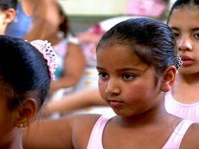 Balé ajuda criança acima do peso - Kauany Almeida de Souza, de 8 anos, passou a comer menos e cortou algumas coisas do cardápio. Além de praticar dança, ela aprendeu a beber água e a comer frutas e verduras. Ela perdeu oito quilos em dois anos.