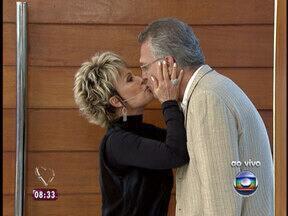 Ana Maria recebe Bial com beijo na boca: 'A namorada que me perdoe' - Apresentador se emociona com declarações da mãe e solta a voz ao vivo