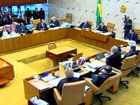 STF decide julgar todos os 38 réus do mensalão - O STF passou uma tarde inteira discutindo se os réus do mensalão que não tem a prerrogativa de serem julgados pela suprema corte deveriam responder perante a justiça de primeiro grau. O relator Joaquim Barbosa era contra a mudança.