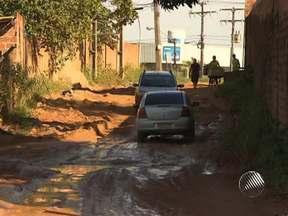 Moradores de bairro em Simões Filho se queixam da lama nas ruas do local - A situação é tão complicada, que eu um dos trechos até os carros têm que passar um de cada vez.