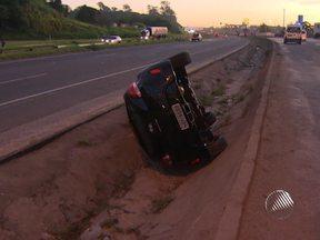 Carro capota e cai em vala na BR-324 - No Rio Vermelho, o motorista de outro veículo perdeu o controle e caiu na praia.