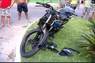 Motociclista colide com ônibus e morre em avenida de Vila Velha, ES - Acidente aconteceu na avenida Carlos Lindenberg. Mais de 20 pessoas estavam no coletivo no momento da colisão.