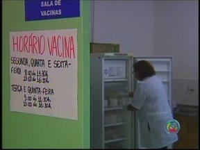 Grupos de risco serão vacinados contra gripe A em Jaú, SP - Cerca de 900 doses de vacina contra gripe A chegaram aos postos de saúde de Jaú (SP). A cidade registrou a primeira morte causada pelo vírus H1N1 há 10 dias. A prioridade é imunizar quem está nos grupos de risco como crianças de até 2 anos e idosos.