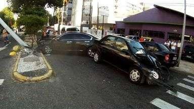 Carro colide com outro veículo e derruba poste, em Fortaleza - O acidente aconteceu por volta das 6h desta segunda-feira (6), na Aldeota. Um veículo avançou o sinal e colidiu com outro, derrubando um poste.