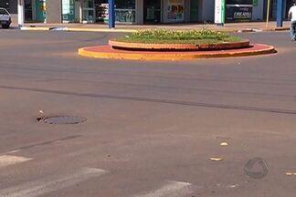 Condutores cometem crime ao deixar local de acidente - Todos os dias, condutores e pedestres ficam feridos, muitas vezes, por causa da imprudência. Além disso, muitos cometem crime de omissão de socrro ao deixar o local da colisão.