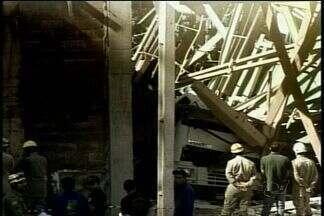 Estrutura de fábrica cai sobre caminhão e mata motorista, em Jataí, Goiás - Caixa que armazenava 30 toneladas de adubo caiu em cima do veículo, na tarde desta segunda-feira (6). Corpo de Bombeiros precisou utilizar guincho para remover o corpo da vítima.