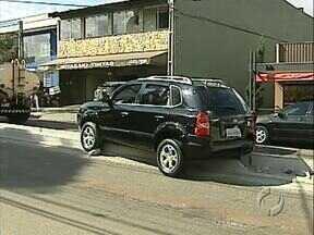 Motorista faz conversão proibida e carro fica preso no canteiro da Avenida Maringá - A avenida está sendo revitalizada e o canteiro construído recentemente já vai precisar de reforma.