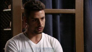 Jorginho não consegue nenhuma informação com Santiago - O jogador o questiona sobre o passado de Lucinda