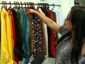 Roupas baratas - Parte 2 - Programa mostra a rotina dos costureiros que trabalham para as grandes marcas de roupa no Brasil. E acompanha uma fiscalização do Ministério do Trabalho em oficinas de costura onde o regime de trabalho era semelhante ao de escravidão.