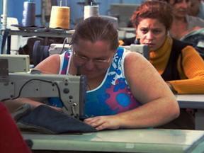 Roupas baratas - Parte 1 - Programa mostra a rotina dos costureiros que trabalham para as grandes marcas de roupa no Brasil. E acompanha uma fiscalização do Ministério do Trabalho em oficinas de costura onde o regime de trabalho era semelhante ao de escravidão.