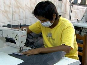 Ministério do Trabalho fiscaliza oficina de costura irregular no interior de São Paulo - Auditores fiscalizam oficina de costura onde bolivianos trabalham de forma irregular.
