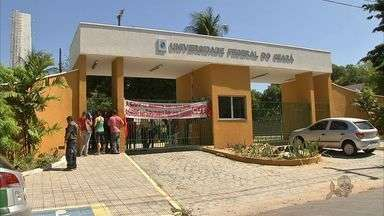 Servidores em greve ocupam reitoria da Universidade Federal do Ceará - Fechamento das reitorias é orientação do comando nacional de greve. Servidores da UFC deflagraram greve em 11 de junho.
