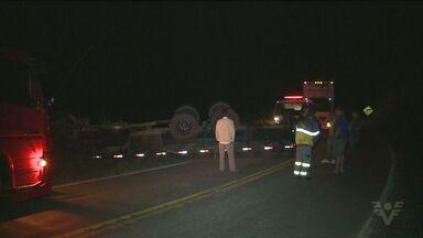 Caminhão tomba em rodovia do Vale do Ribeira - Motorista perdeu o controle da direção e capotou entre Juquiá e Tapiraí.