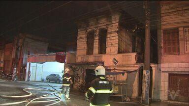 Incêndio destrói casa no centro da cidade de Santos - No imóvel viviam 15 famílias e ninguém ficou ferido. Imóvel foi interditado.