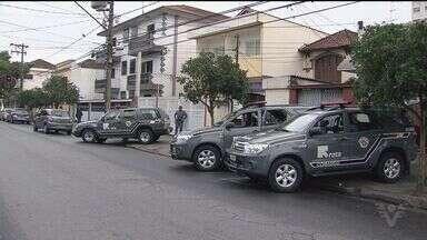 Operação fecha bingos e prende policiais em cidades da Baixada Santista - As polícias civil e militar, o Gaeco e a MP realizaram prisões em Santos, São Vicente e Praia Grande. Ao todo 13 policiais, um advogado e outras quatro pessoas foram presas.