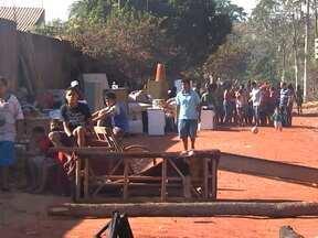 Famílias são despejadas de área na região do Coxipó em Cuiabá - Aproximadamente 60 famílias foram despejadas em cumprimento a uma decisão da Justiça. As famílias tiveram quinze dias para deixar o local, mas alegam que não tinham para onde ir.