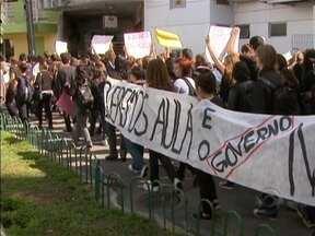 Professores, servidores e alunos do Instituto Federal de SC fizeram um protesto - Professores, servidores e alunos do Instituto Federal de Santa Catarina fizeram um protesto hoje na Capita