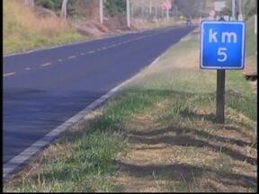 Suspeito de atropelar e matar menina de 11 anos se apresenta à polícia em Bauru, SP - O motorista de 42 anos, que não teve o nome revelado. Segundo os policiais, ele teria fugido do local do acidente sem prestar socorro. Na casa dela foi apreendido o carro que o homem dirigia no dia do acidente e que estava com um dos pneus furado.