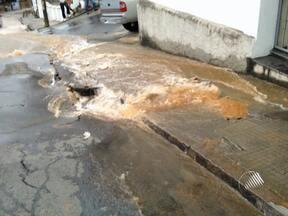 Tubulação rompe e litros de água são desperdiçados na Ladeira dos Galés - A Embasa disse que já mandou uma equipe ao local para consertar o vazamento.